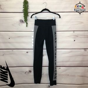 NIKE Sportswear Essential Logo Leggings S
